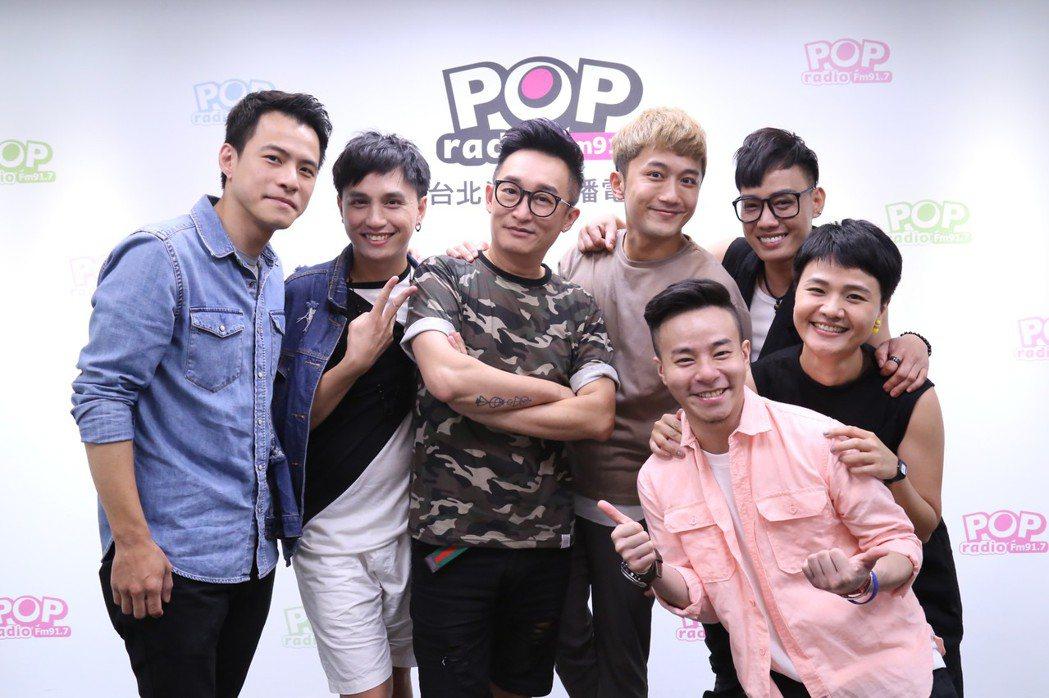 「快樂幫」成員接受哲緯(左二)訪問。圖/POP Radio提供