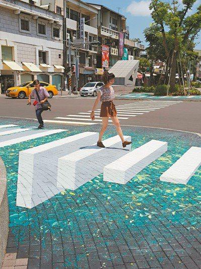 台南海安路上藝術家陳彥旭帶領南二中學生,打造3D透視彩繪作品 runway, 行...