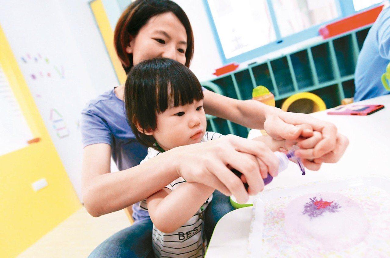 中市許多家長誤以為中央托育補助加台中的托育一條龍,能再多領補助;中市社會局表示,...