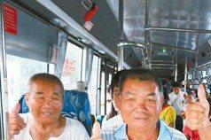 公車開進庄內 洲仔村民高興到睡不著