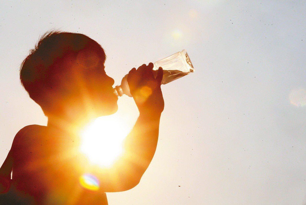 宜蘭土場測站連三天飆破三十八點五度,氣象局對宜蘭發布紅色燈號示警,引發在地民眾批...