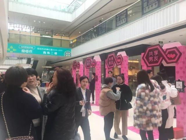 廣東一處商場出現「共享女友」的服務。 (圖/取自網路)