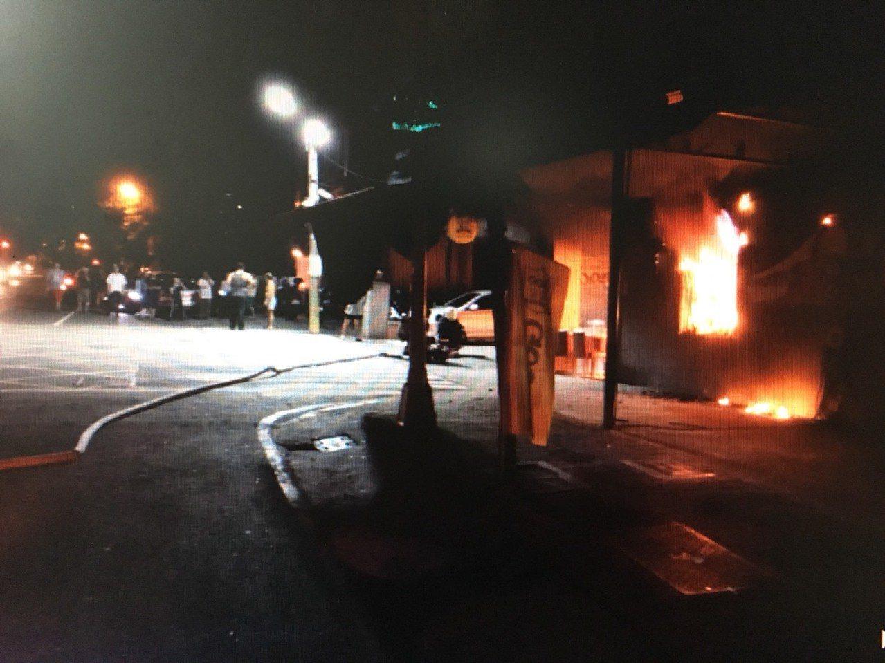 高市鳳山區文龍東路一家中古車行今凌晨半夜發生火警,好在沒有人員受傷。記者劉星君/...
