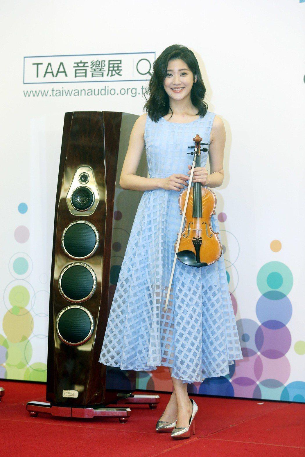 林逸欣出席TAA國際Hi-End音響展開展記者會,現場演奏小提琴。記者邱德祥/攝...