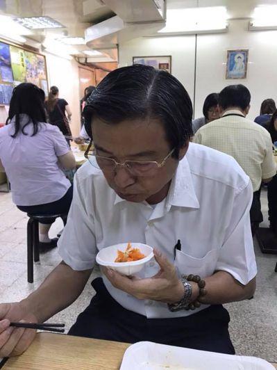 民進黨南投縣長參選人洪國浩吃素,最愛紅蘿蔔配雞蛋。圖/洪國浩競選總部提供