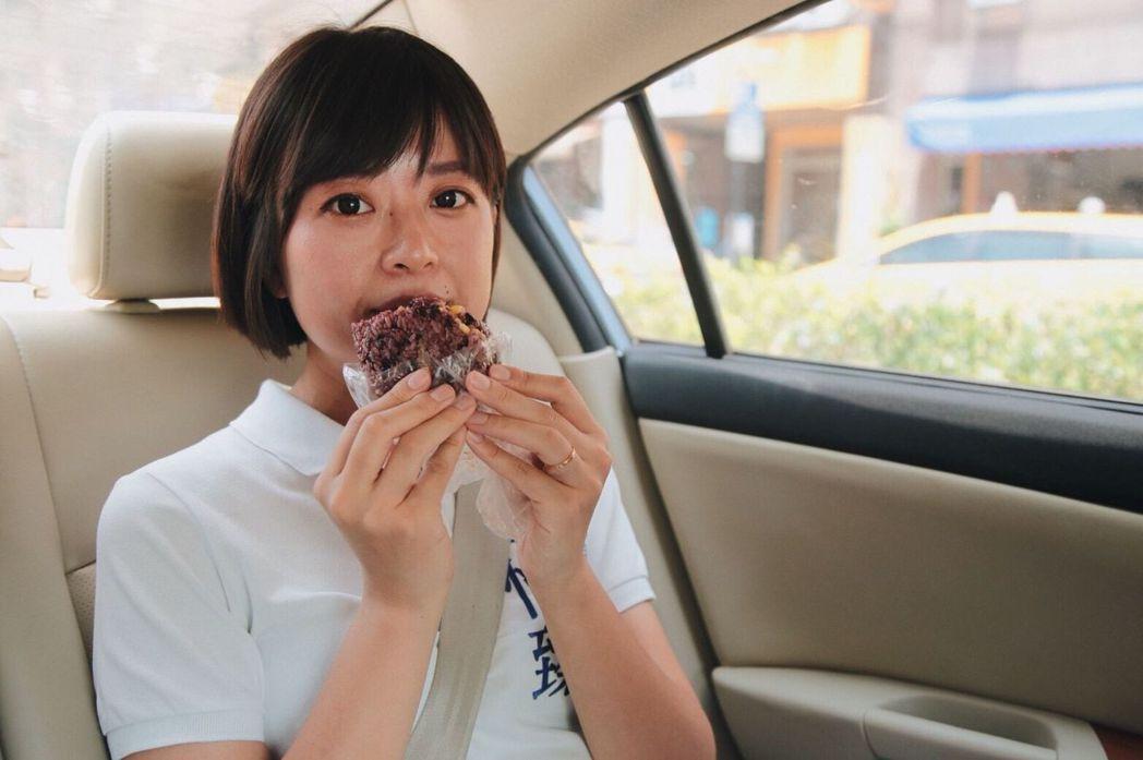 江怡臻利用空檔在車上充飢,但她最愛的卻是軟糖和可樂。圖/江怡臻提供