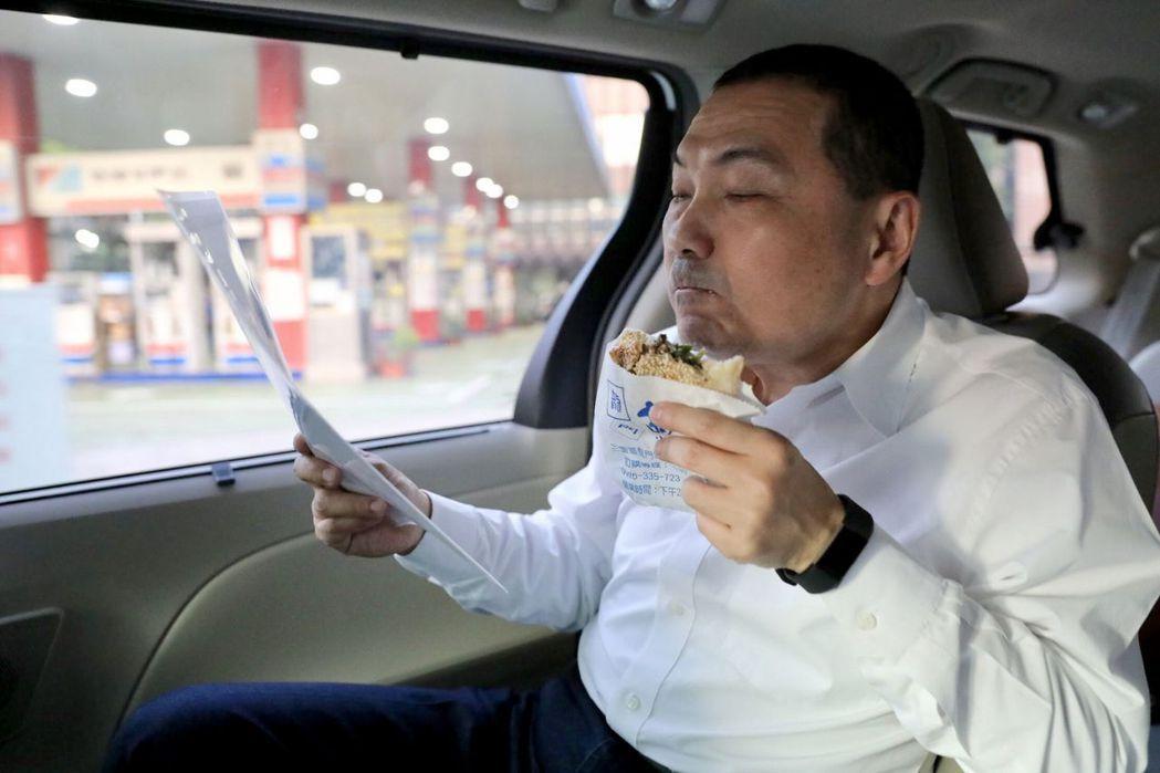 侯友宜常在車上邊看資料邊充飢。圖/侯辦提供