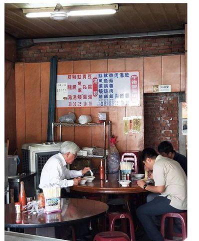 身兼雲林縣長與參選人的李進勇身上流著「草地人」的血液,常在各鄉鎮小吃店品嘗美食。...