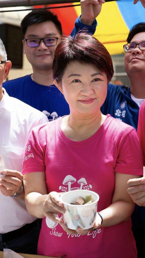 國民黨台中市長參選人盧秀燕常拿速食果腹,從政以外想當美食家。圖/取自盧秀燕臉書