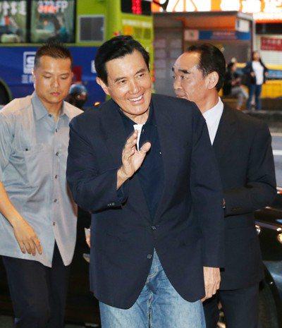 行政院長賴清德曾表示,「台灣是主權獨立國家,名字叫中華民國」。前總統馬英九(中)...