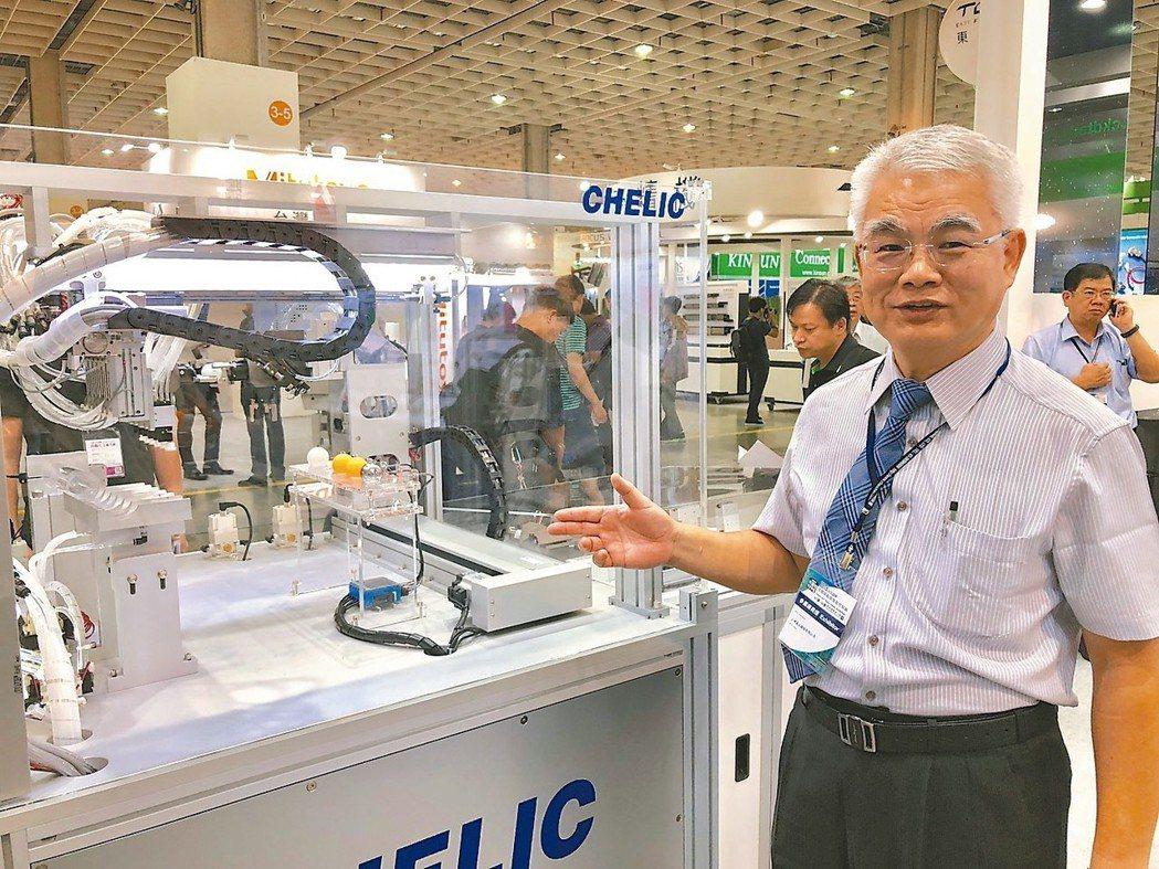 氣立董事長游平政展示新產品,訴求可達到智能化與自動化製造全方位解決方案的要求。 ...