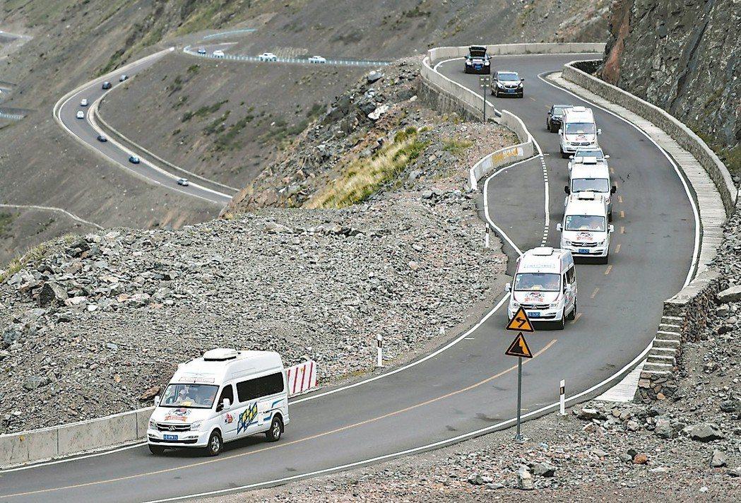 大陸自駕遊去年高達31億人次,年增17%。圖為自駕遊車隊行駛在新開通的新疆獨庫公...