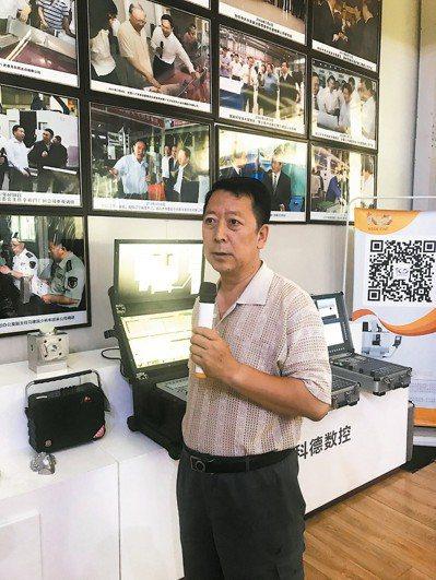 光洋旗下科德數控董事長辦公室主任田兆強說明工廠概況。 記者杜宗熹/攝影