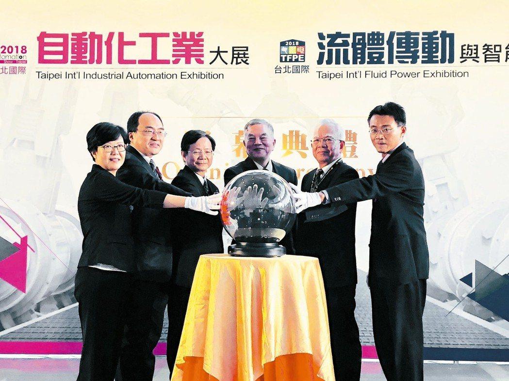 台北國際自動化工業大展昨天開展,由經濟日報社長黃素娟(左起)、經濟部工業局長呂正...