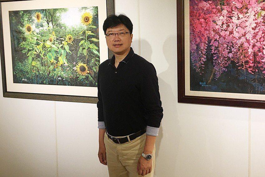 畫家吳政達與「風城花頌」畫作。 吳政達/提供