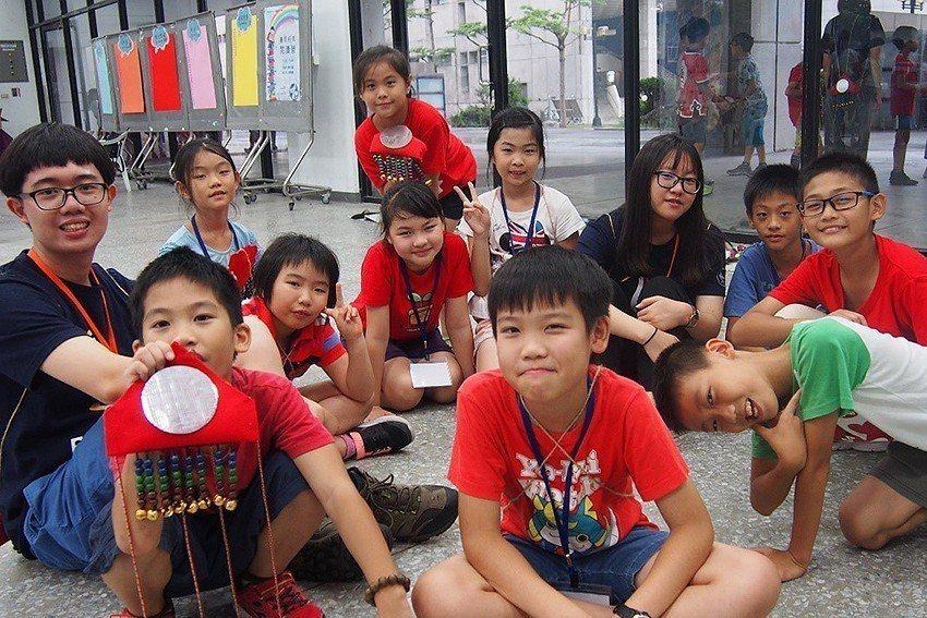元智大學學生帶領學童完成創意版的賽夏臀鈴。 元智大學/提供