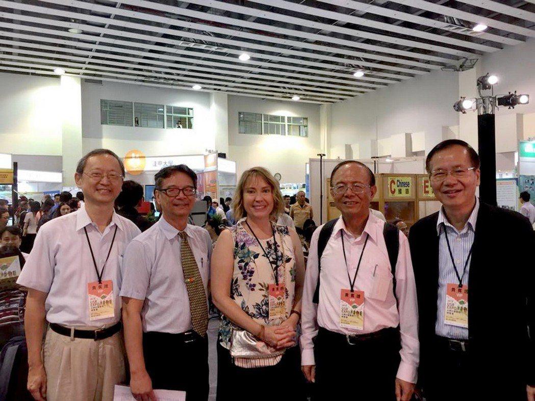 南華大學USR團隊參加「第一屆大學社會實踐博覽會」與大家分享交流執行成果。右2為...