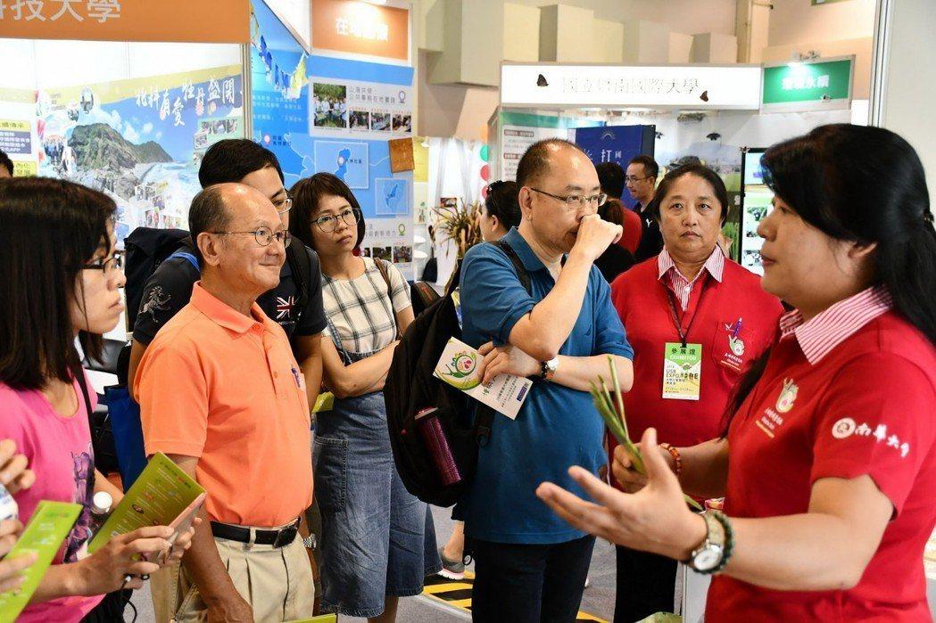 南華大學USR團隊參加「第一屆大學社會實踐博覽會」,葉月嬌主秘(右1)與大家分享...