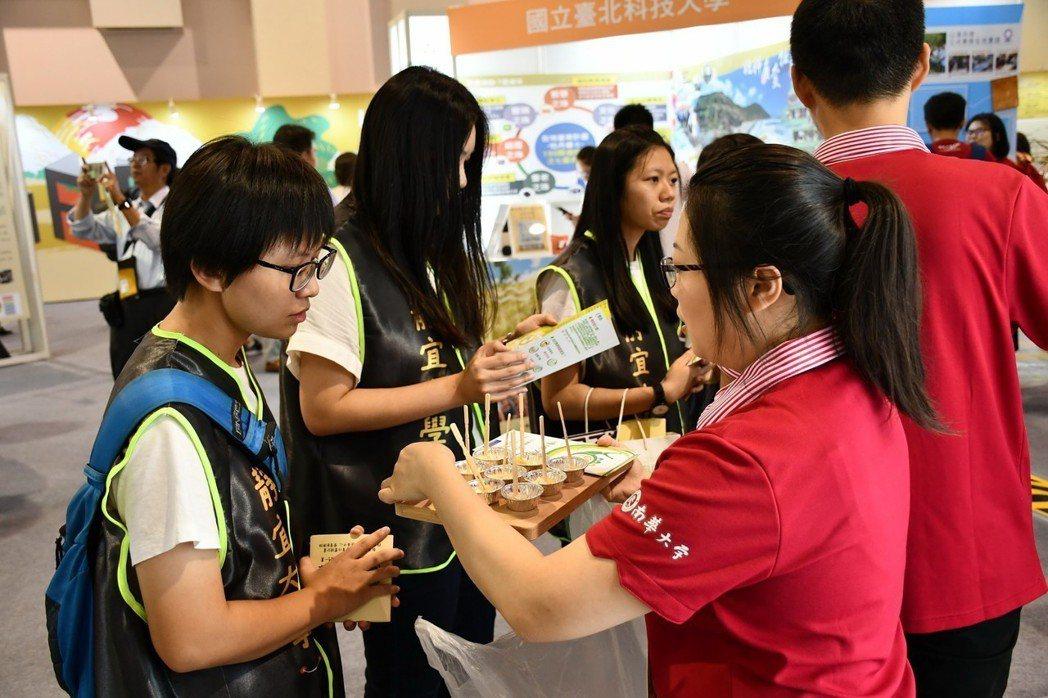 南華大學USR團隊參加「第一屆大學社會實踐博覽會」與大家分享交流執行成果。並邀請...