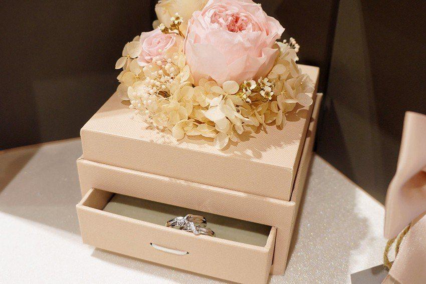 以精緻花飾滿足七夕送禮需求。 IR Accessories/提供
