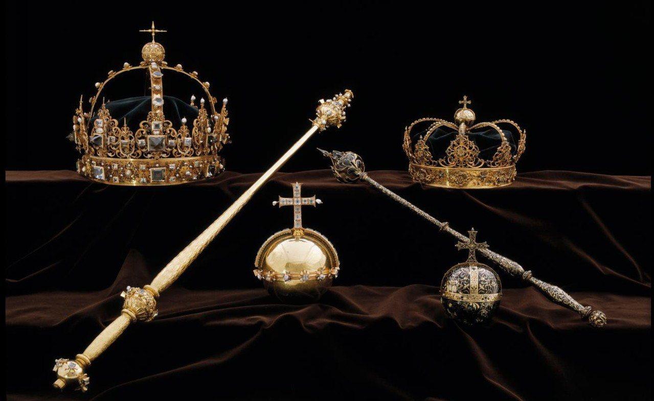 搶匪偷走17世紀國王卡爾九世的皇冠(上排左)、王后克莉絲蒂娜的王冠(上排右)及一...