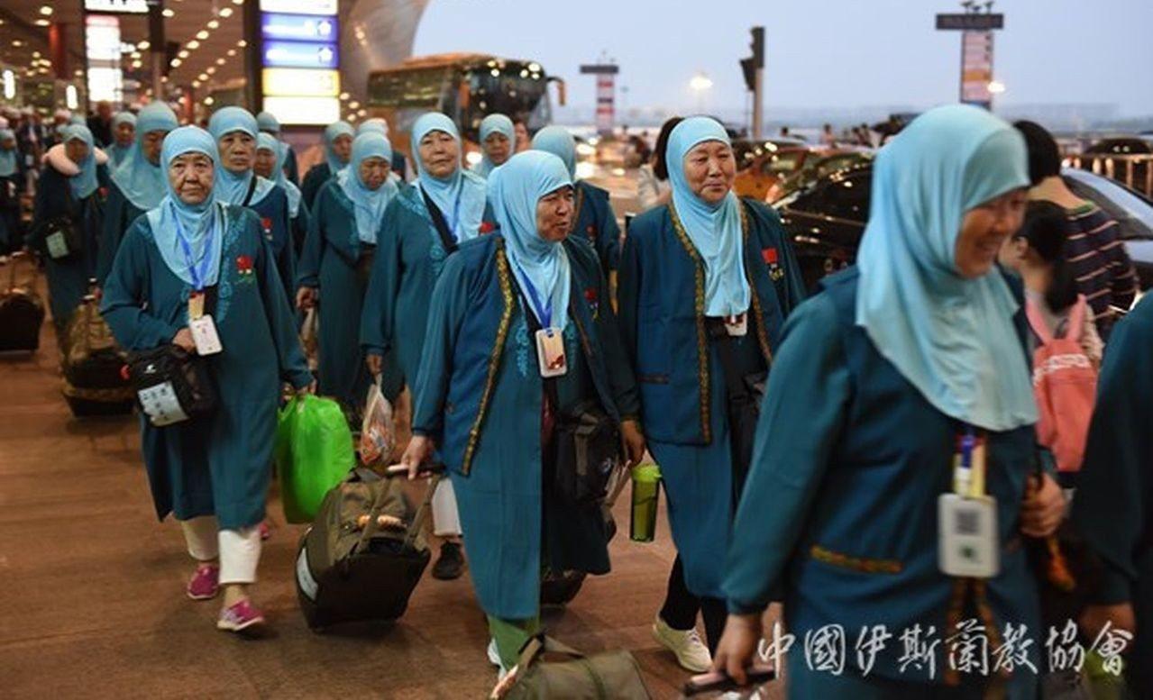 華爾街日報指赴麥加朝覲的1.15萬名中國穆斯林當中,有三分之一的人脖子上掛著有G...