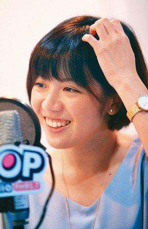 「學姐」黃瀞瑩接受電台專訪,接受民眾call in提問。 記者陳正興/攝影
