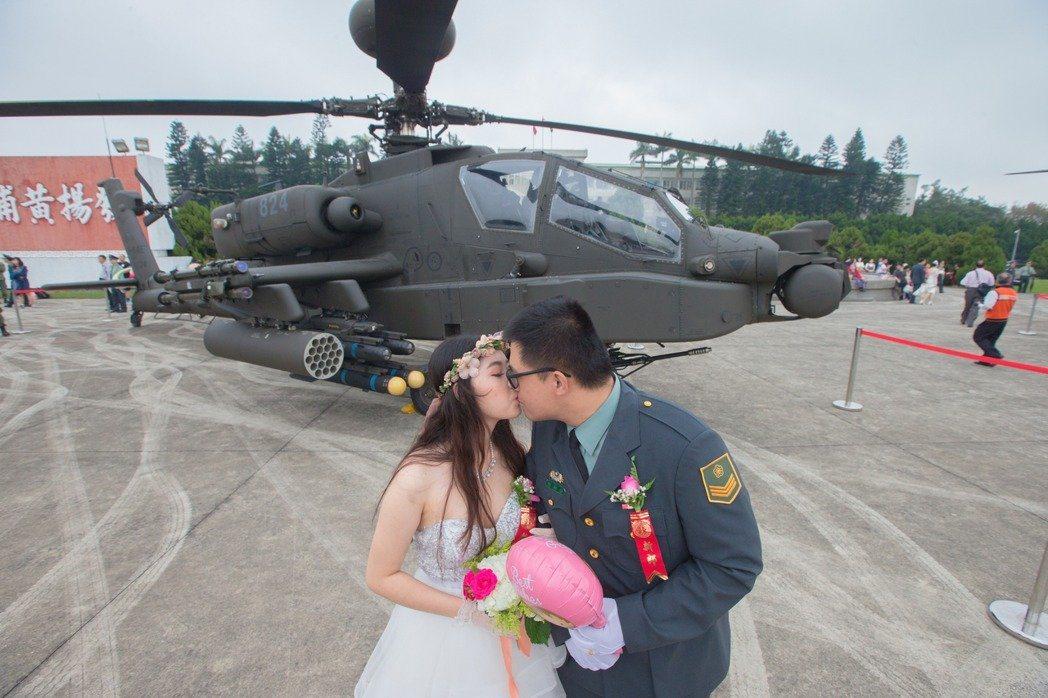 軍方集團結婚場面大,各軍種把戰車、戰機、攻擊直升機等搬到婚禮會場為新人增色。 圖...