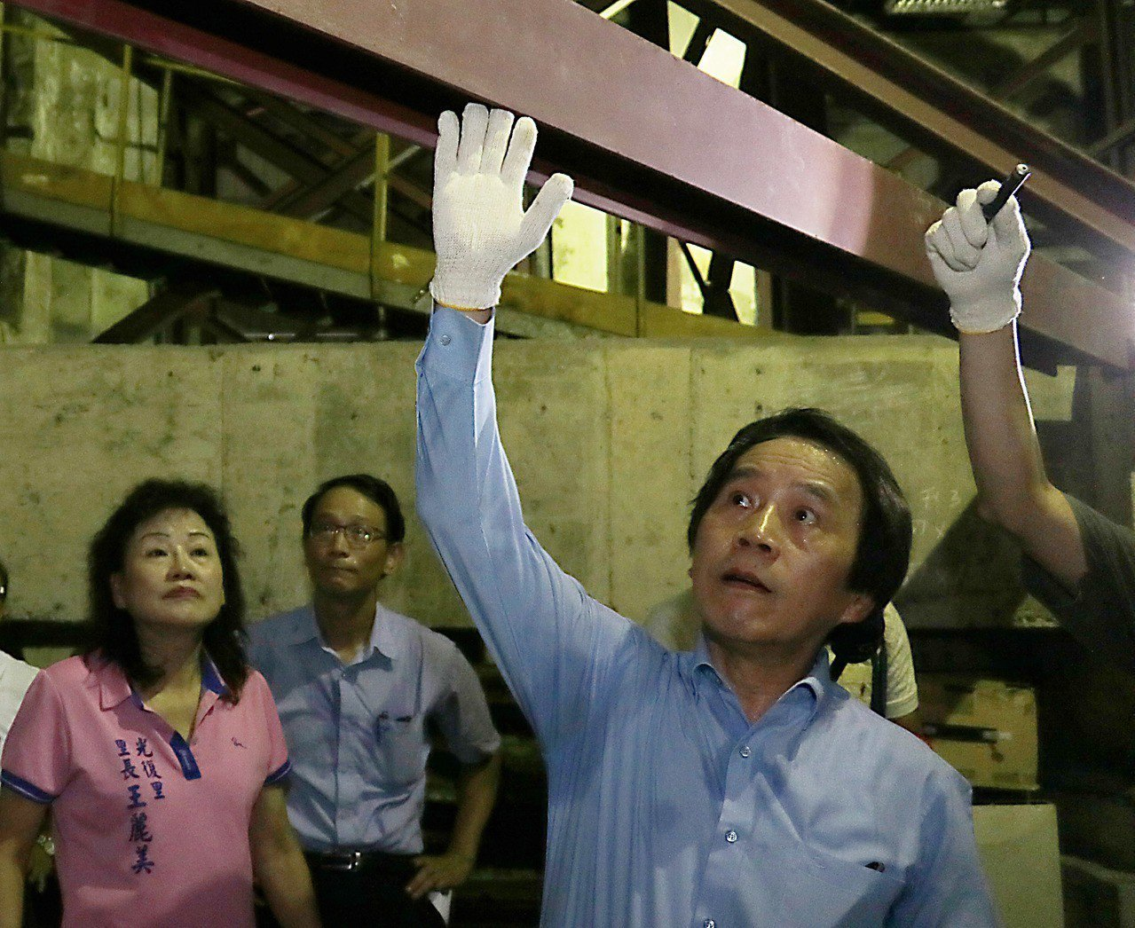 台北市副市長林欽榮(右)2日前往視察市定古蹟「台北工場」修復工程,了解實際修復狀...