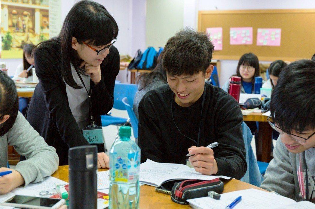 啟夢的成員在工作坊中,陪伴高中生媒合個人興趣與科系的可能,一同找尋學生的心之所嚮...