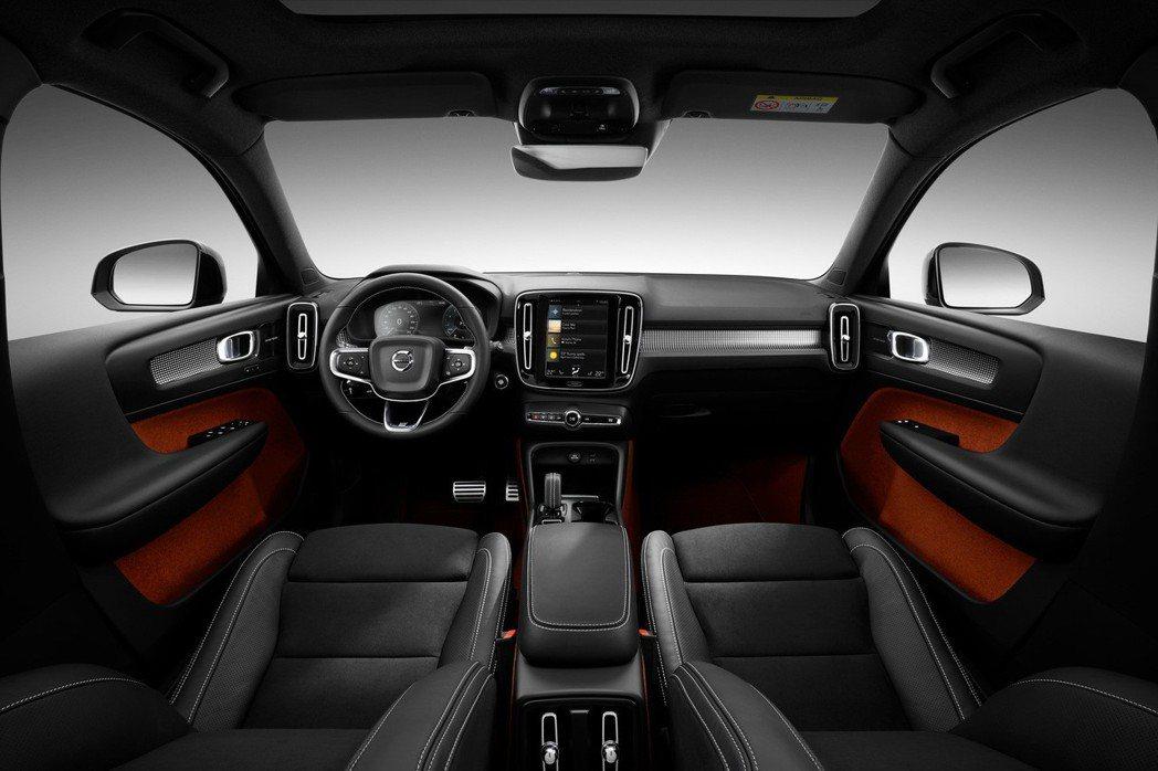 XC40 在 R-Design 版本上,車艙以斯堪地那維亞的簡約風格為主軸,配上專屬 Cutting Edge 霧黑鋒銳鋁合金嵌飾內裝,顯露 VOLVO 特有的瑞典簡潔氣質。 圖/國際富豪汽車提供