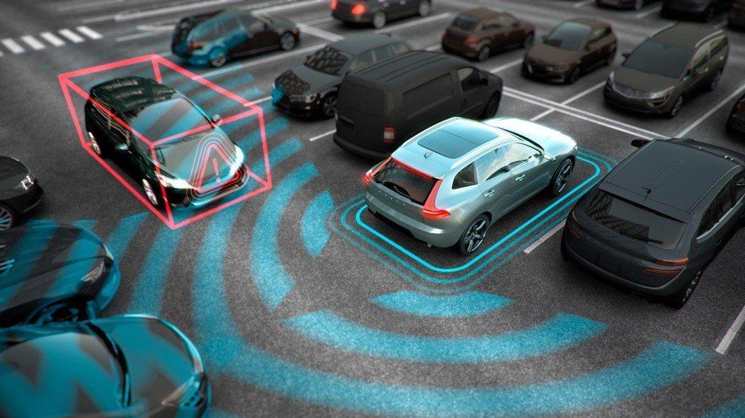 VOLVO 守護乘員安全不遺餘力,全新 XC40 新增「CTA 倒車車側警示暨主動煞車系統」,讓 XC40 徹底貫徹「避險優先」的創新安全防護思維。 圖/國際富豪汽車提供