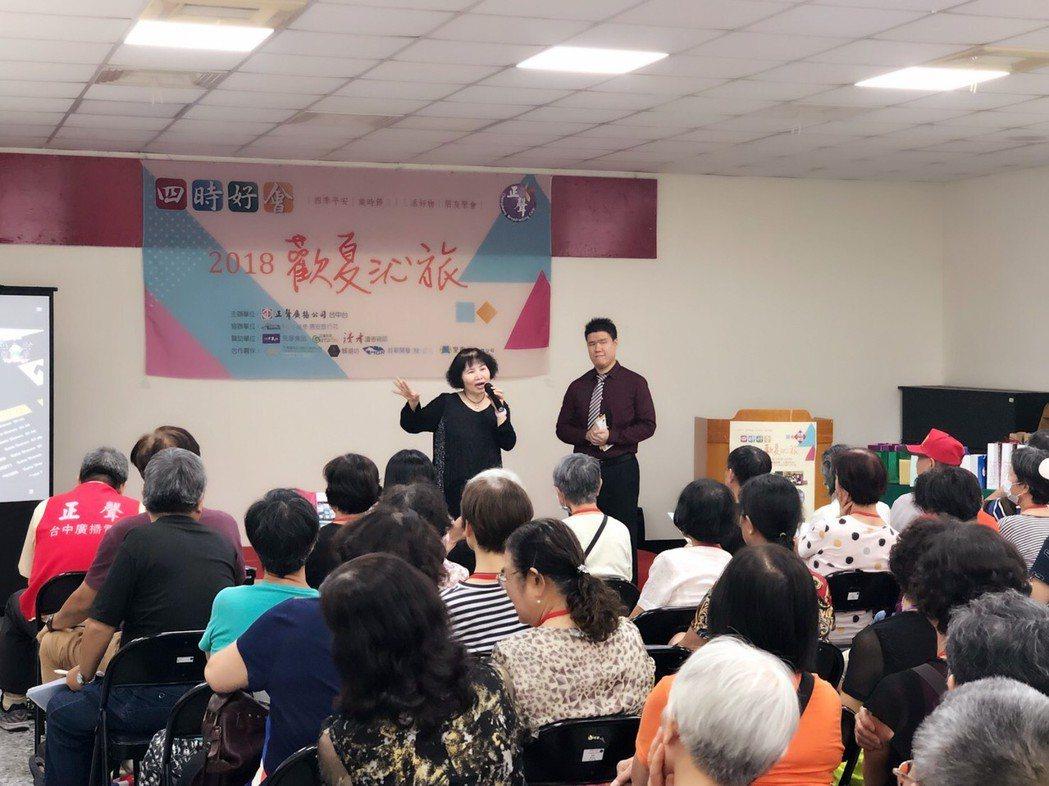 正聲主持人簡立玲(左)、惠安旅行社施孝昆經理分享熟齡遊學樂趣。