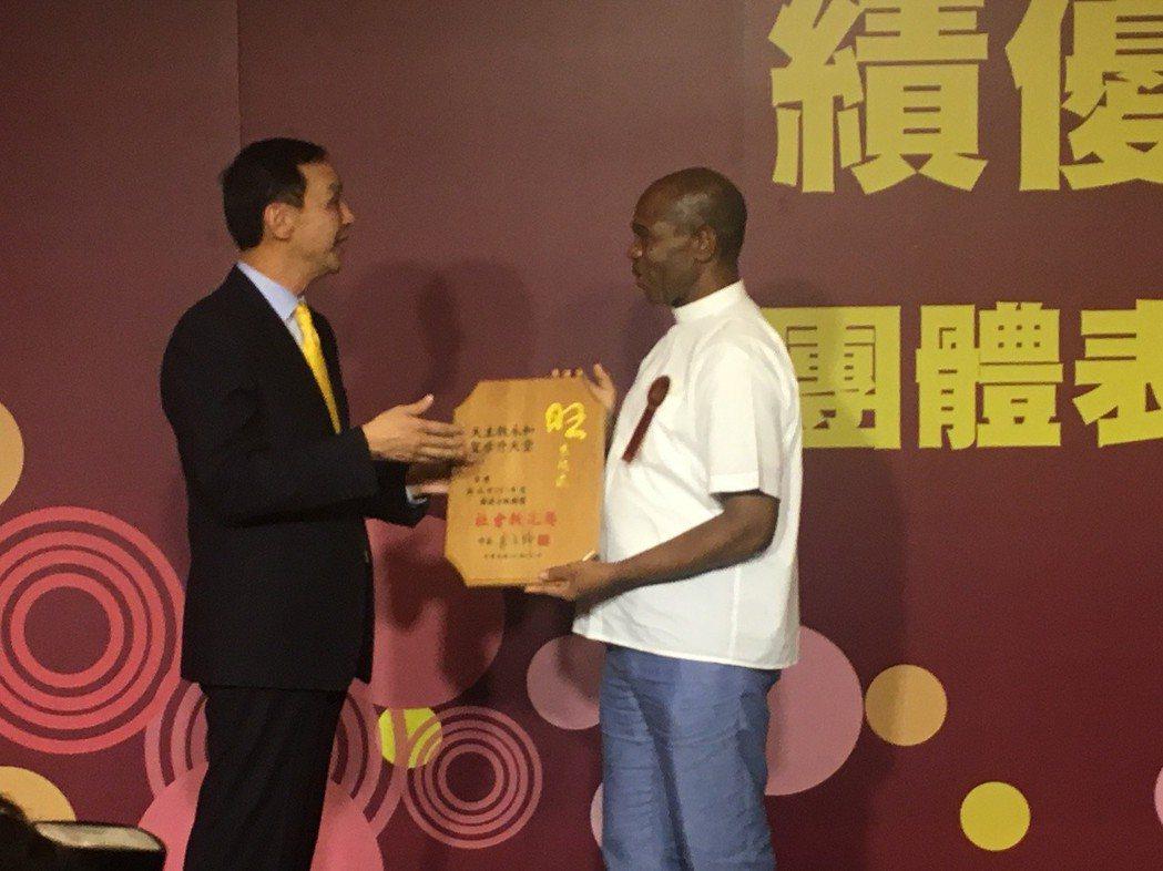 自非洲剛果的「巧克力神父」高福南神父上台頒獎。 邱世婷/攝影。