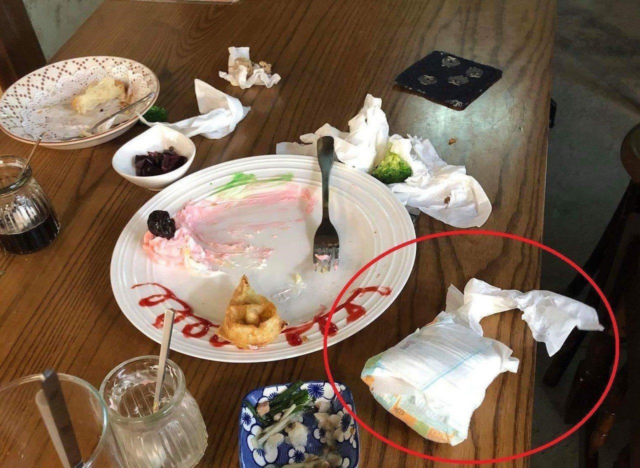 年輕媽媽帶小孩進餐廳用餐,離開後竟將用完的尿布丟桌上。圖擷自爆怨公社