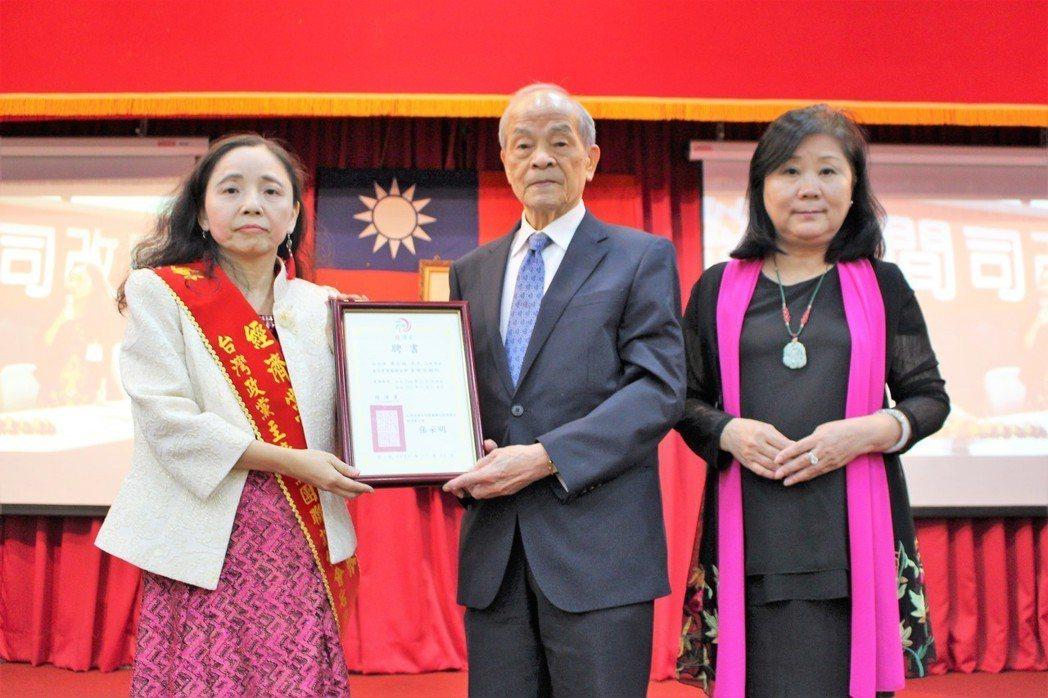 授證前中選會主委黃石城為榮譽總顧問。