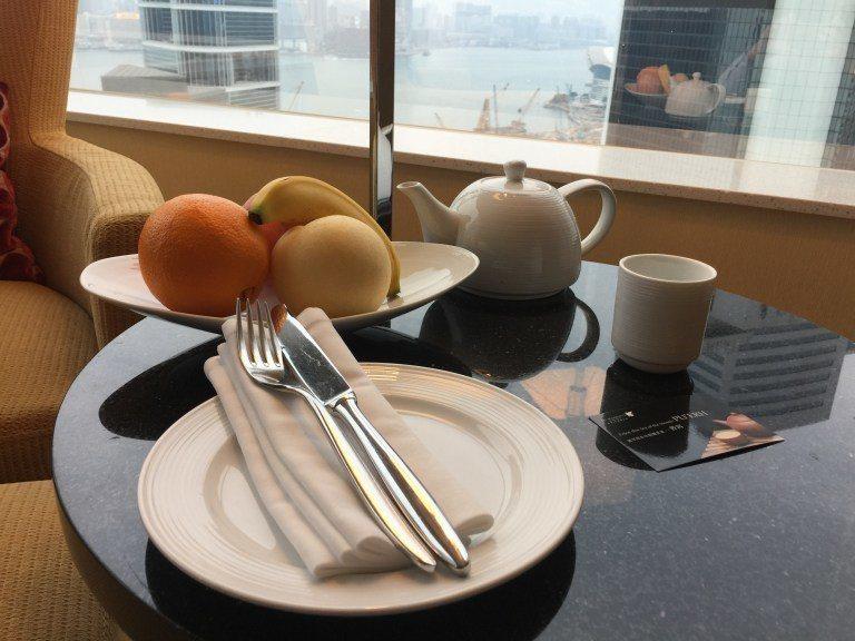 歡迎水果跟飲品。水果好像是每天補充,窗外景色超好呀,所以照完相,我就把椅子位置調...