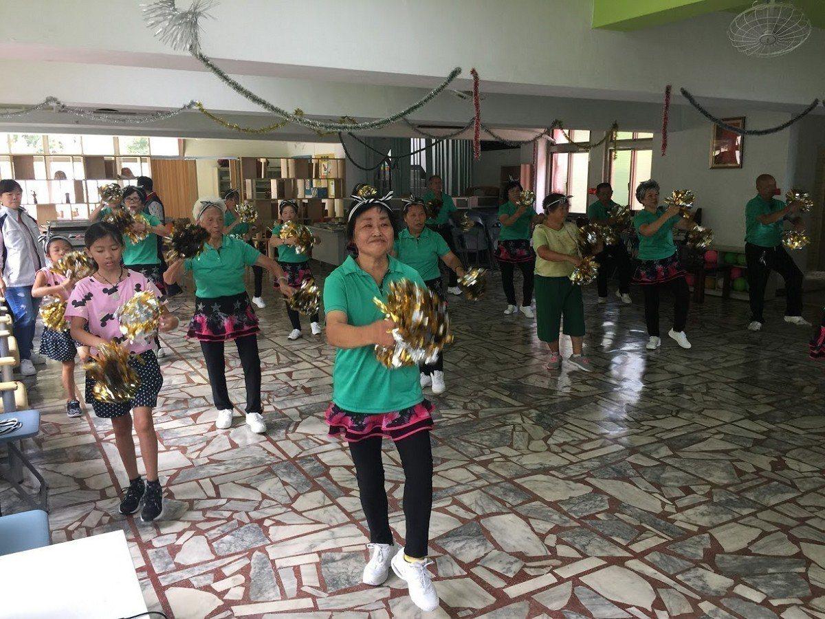 跟著音樂節奏擺動的淡水樹興里社區阿公阿嬤,就是準備要在3日到板橋代表淡水區參加,...