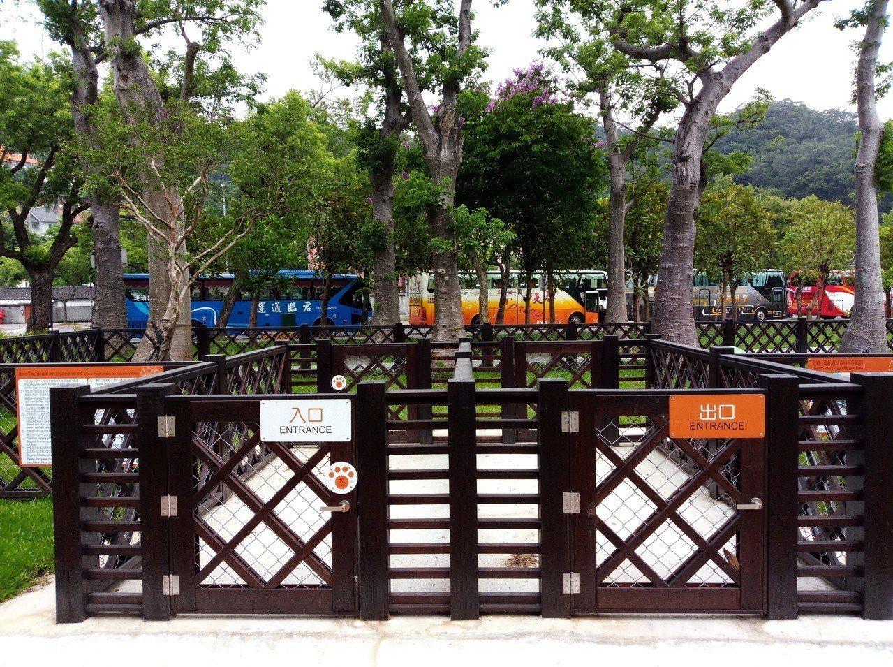北市至善公園「狗狗活動區」八月起開放,是台北市第一處採用木造的狗狗活動區。圖/動...