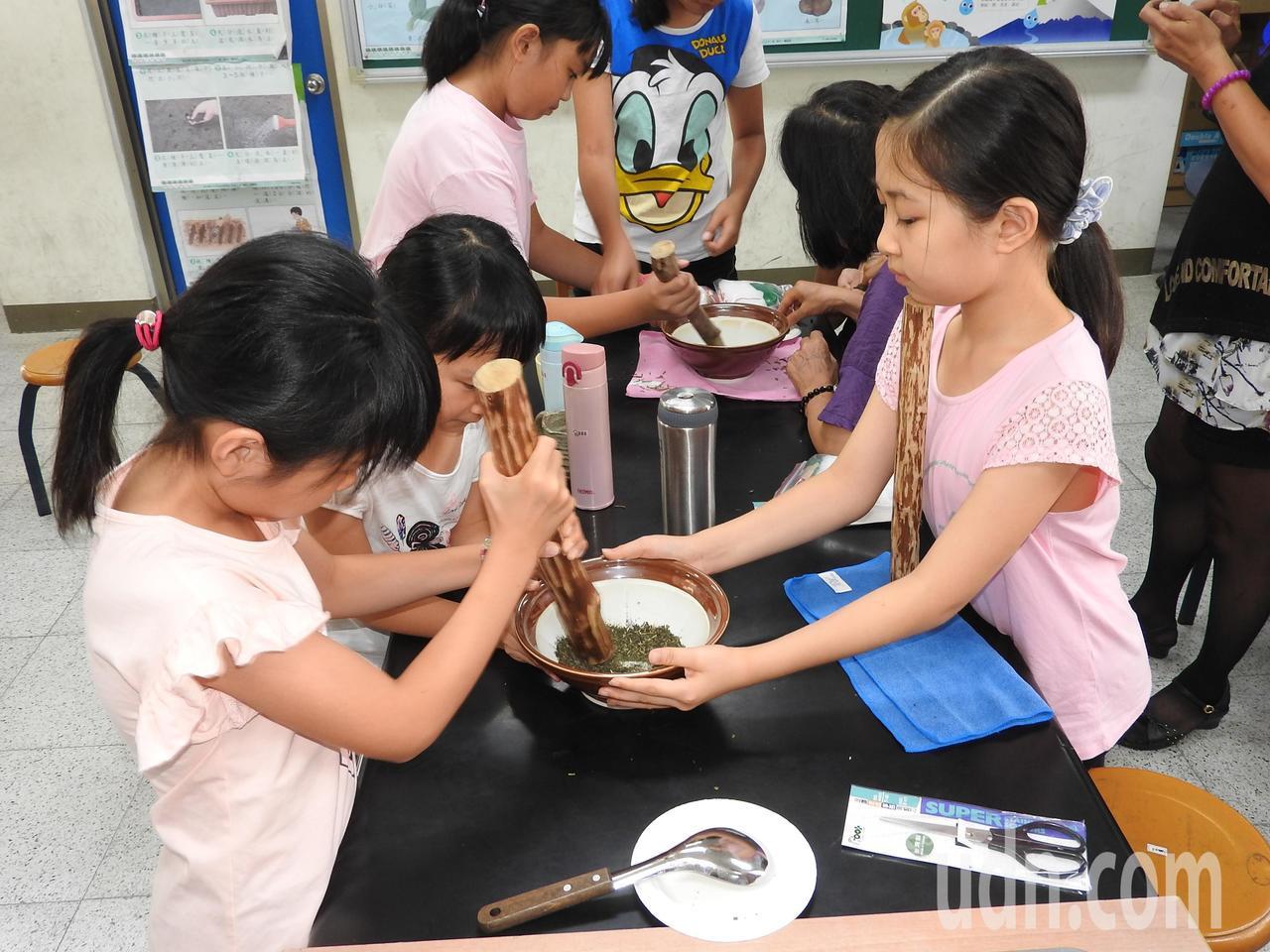 南光國小學童實做客家擂茶。記者賴香珊/攝影