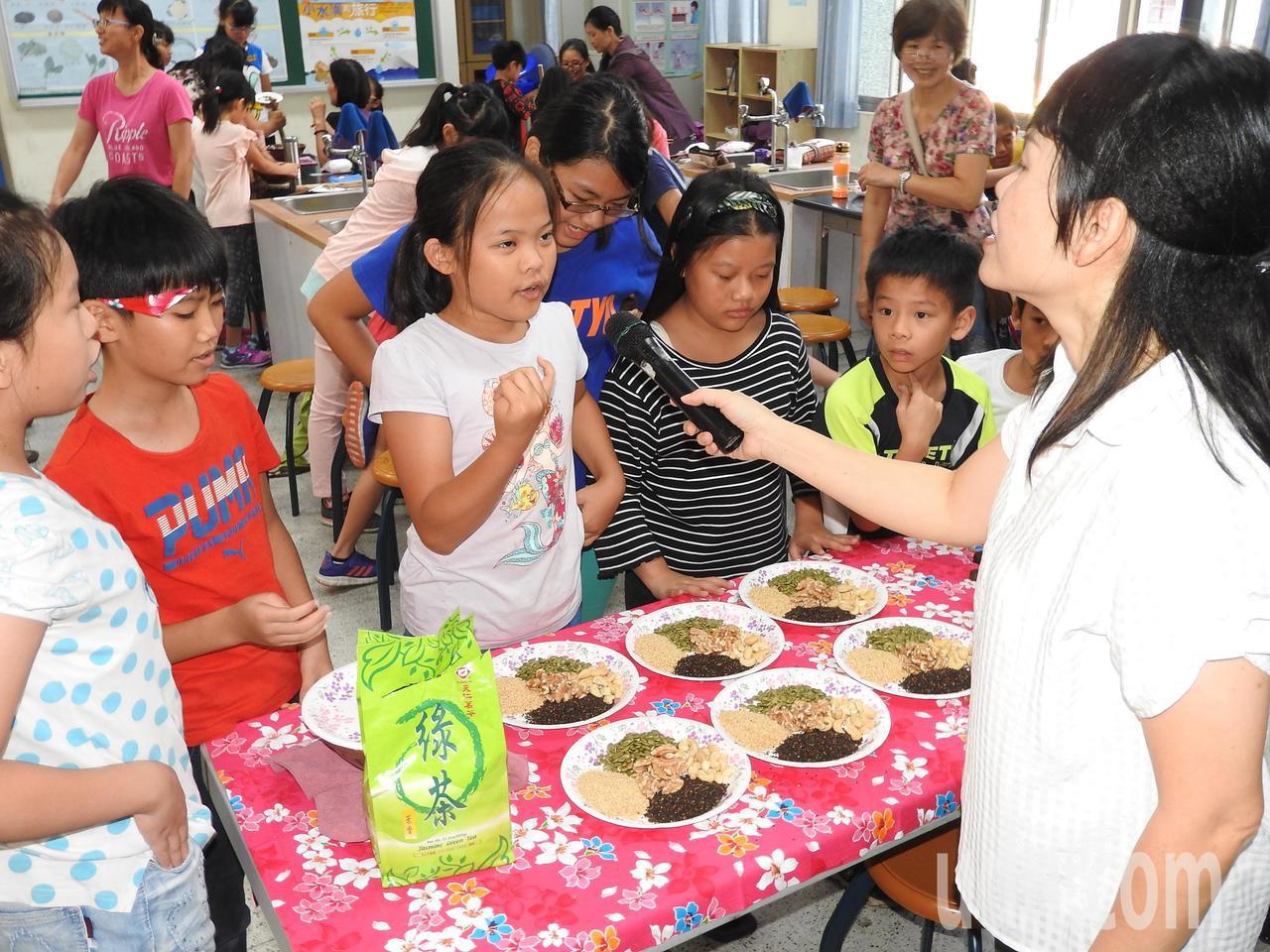 南光國小學童領取擂茶材料,還得通過客語考驗。記者賴香珊/攝影