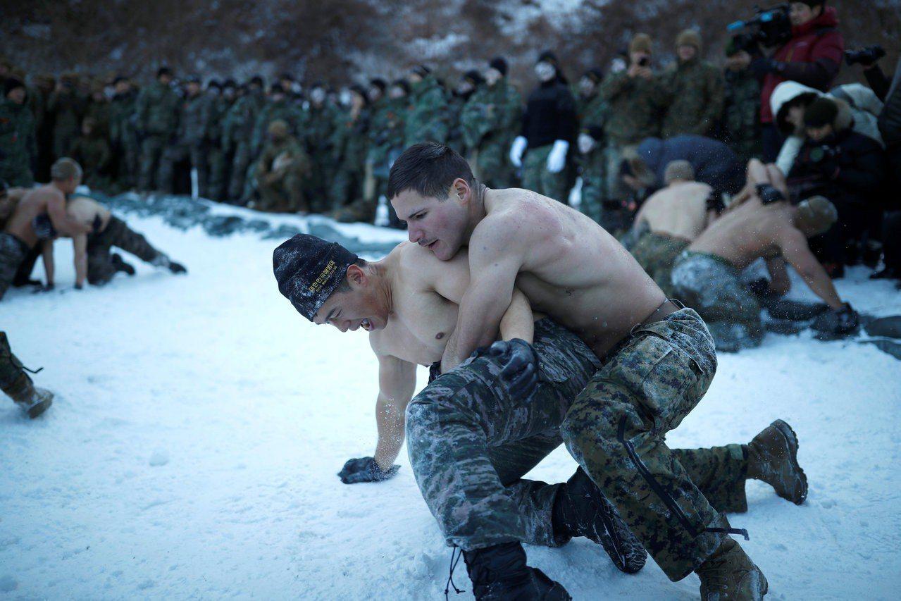 美國國會1日通過2019年國防授權法,限制縮編駐南韓美軍人數。圖為南韓和美國的海...