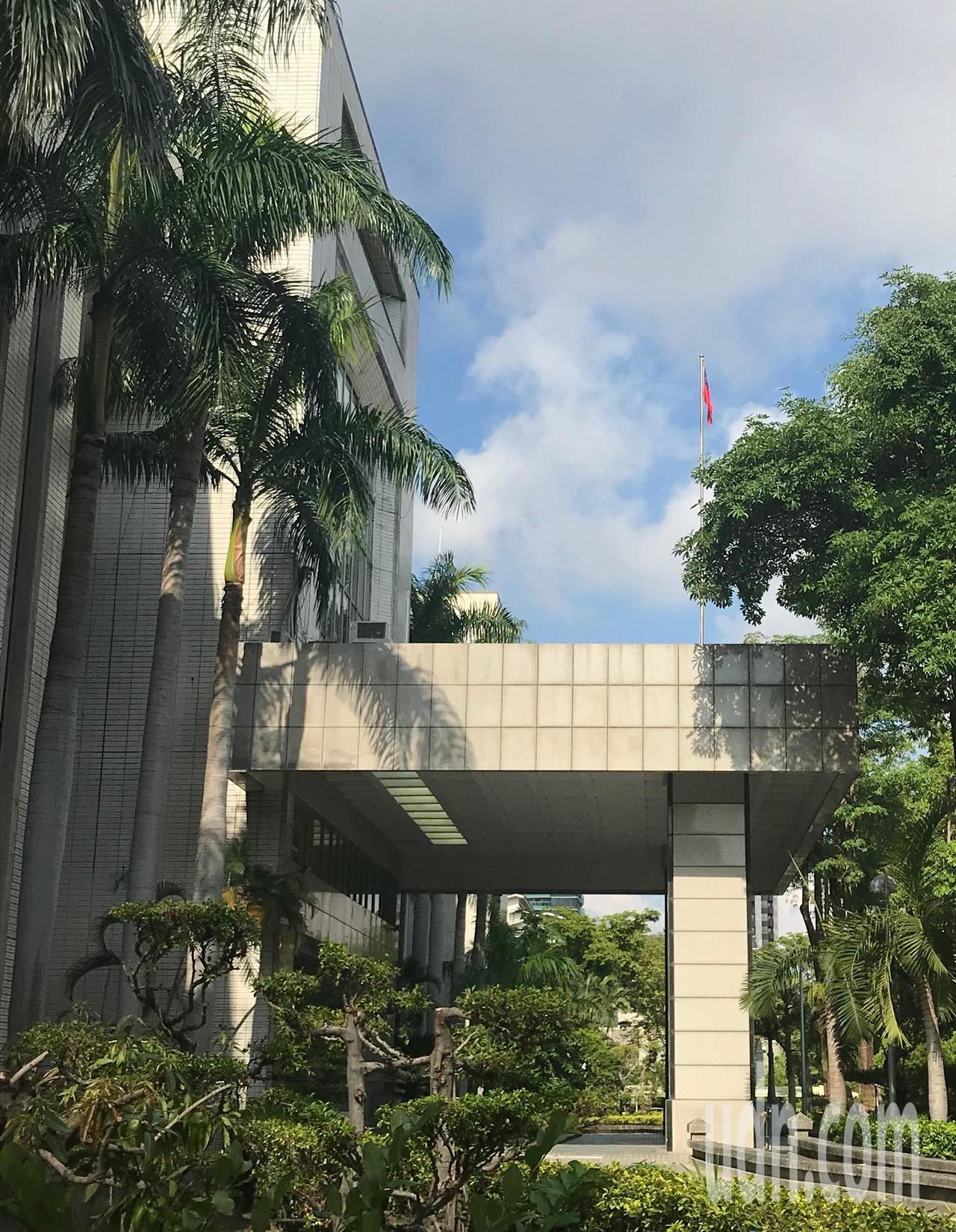 高雄高分院每天早晨由輪值法警來升旗。記者林伯驊/攝影