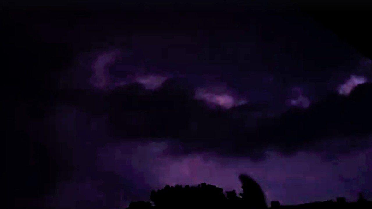 基隆市上空昨天晚上12點多,一直持續到今天凌晨1點多,空中不斷出現閃電。圖/議員...