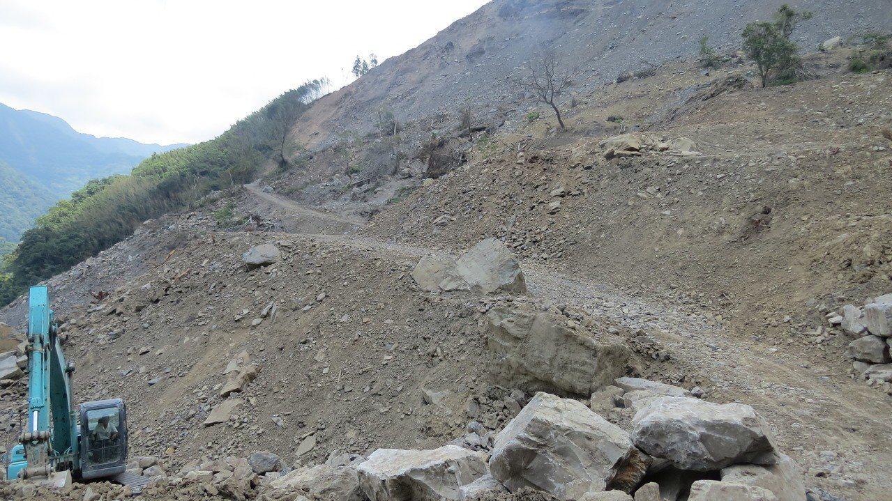 苗栗縣南庄鄉301農路緊急搶通,但路況不佳。記者范榮達/攝影