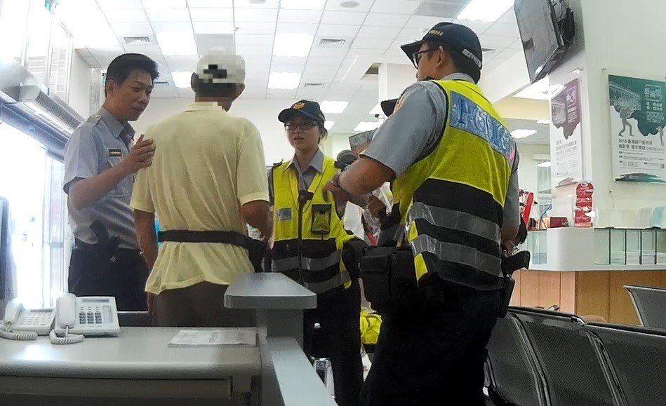 台東一名60歲王姓男子日前到台灣銀行台東分行辦理匯款手續時,因不斷低頭划手機,被...