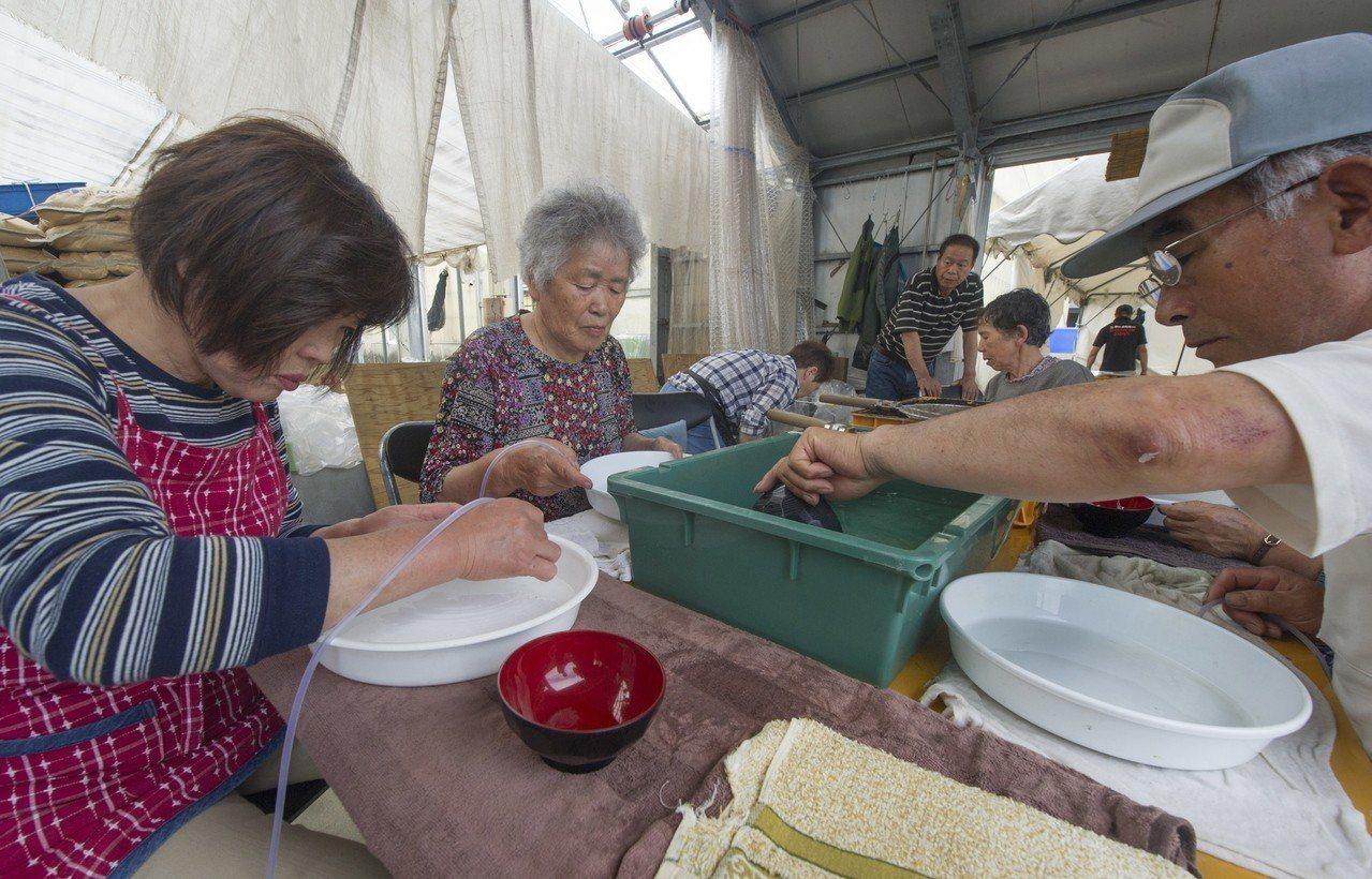 日銀宣稱,女性和高齡者是日本工資成長低迷的原因。歐新社