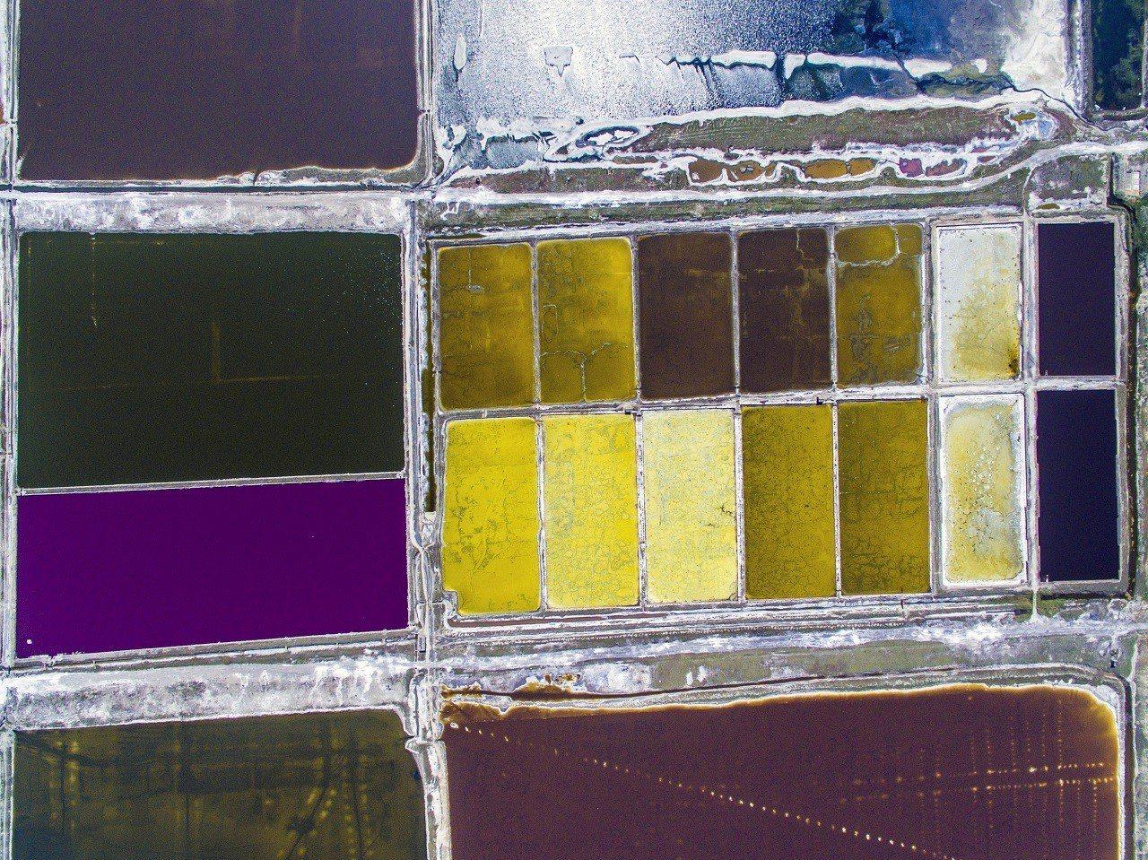 夏季高溫,讓山西運城鹽湖湖水呈現出不同的顏色。新華社
