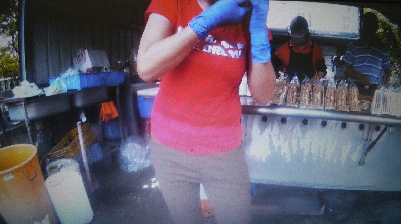 郭姓女子在工作的早餐店遭男友潑灑稀釋鹽酸,臉部與手臂因此紅腫難受。記者徐白櫻/翻...