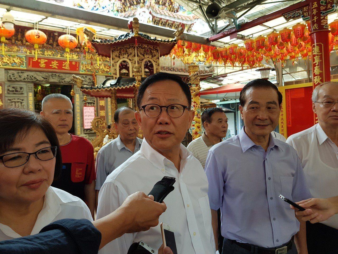 國民黨台北市長參選人丁守中(中)今早開始跑信義區基層,首站就拜訪永吉里並到「進安...